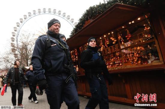 当地时间12月21日,德国柏林遭遇恐袭的圣诞市场重新开放,警察持冲锋枪加强安保巡逻。