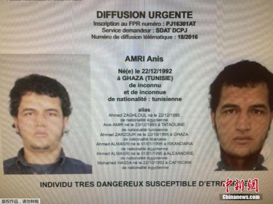 """德国联邦检察官办公室当地时间12月21日发布通缉令,悬赏至多10万欧元给予提供有关突尼斯嫌疑人阿尼斯·阿米尔(Anis Amir)线索的民众。阿尼斯·阿米尔现年24岁,被怀疑与周一发生柏林圣诞夜市的恐怖袭击有关,德国警方在袭击中嫌犯所使用的卡车内找到了阿米尔的身份证件。德国检方在悬赏声明中提醒民众""""该男子十分暴力且携带武器""""。"""