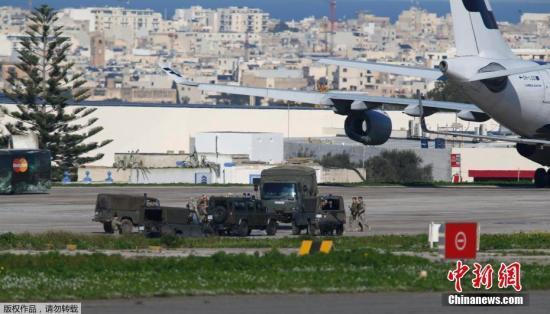 马耳他军队在被劫持客机附近。
