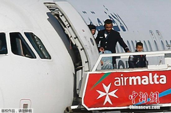 据悉,劫机者自称是卡扎菲的支持者。他们要求从监狱释放利比亚前领导人卡扎菲之子。 如果满足要求,他愿意释放所有乘客。