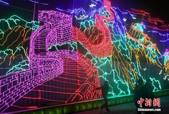 资料图:吸引众多游客的长城灯组。中新社记者 王欢 摄