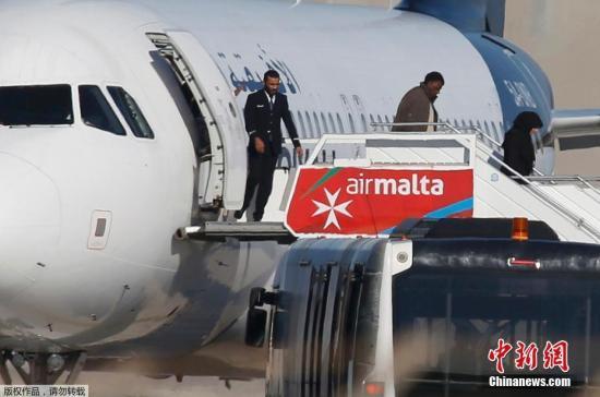 据法新社23日报导,马耳他总理称,挟制利比亚泛非航空客机的劫机者曾经开释109名搭客,别的也将开释机组职员。