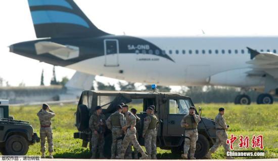 据报道,这架空客A320客机上载有118人,客机原本是利比亚国内航班。有消息称,机上两名劫机者威胁炸毁客机。图为马耳他军队在事发现场。