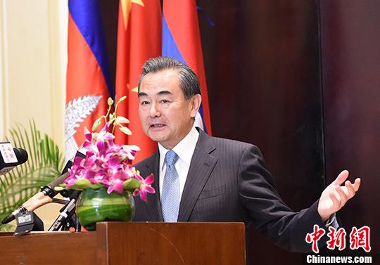 图为王毅外长在回答记者所提的问题。 中新社记者 黄耀辉 摄