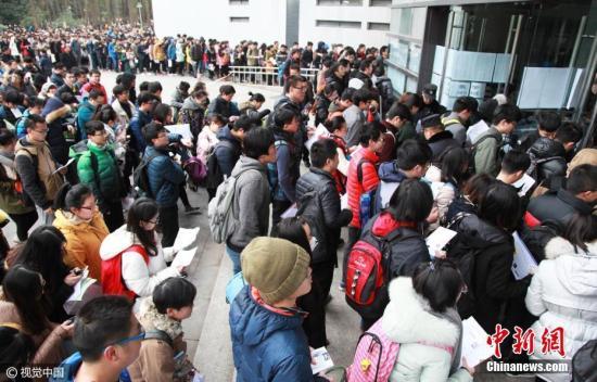 资料图:图为江苏省南京市,在南京林业大学研究生考试考点,考生开始进入考场。 图片来源:视觉中国