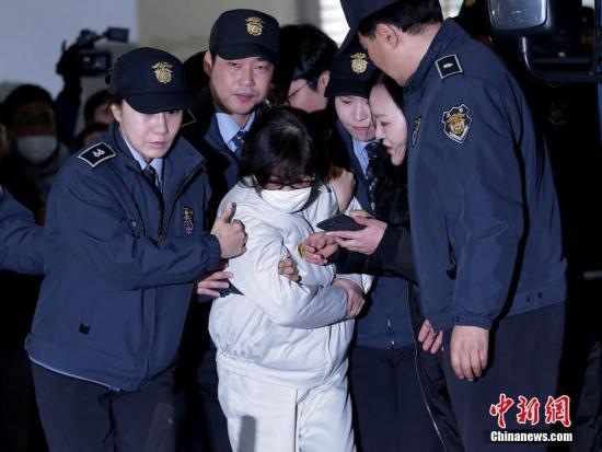 当地时间2016年12月24日,朴槿惠政府亲信干政案件特别检查组传唤朴槿惠总统闺密崔顺实进行了调查。
