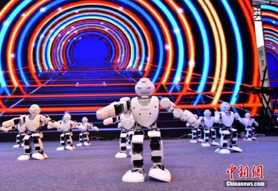资料图 国产阿尔法机器人集体热舞。 张畅 摄
