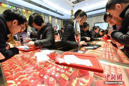 12月24日,山西太原一家金店打折促销黄金首饰,吸引民众争相抢购。 &#10;&#10;<a target='_blank' href='http://www.chinanews.com/'>中新社</a>记者 韦亮 摄