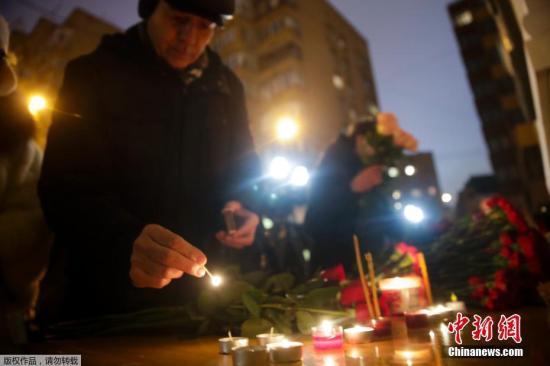 当地时间12月25日,莫斯科民众点燃蜡烛献上鲜花,悼念图-154飞机遇难者。俄国防部确认,飞机在起飞7分钟后在黑海上空失事。目前俄罗斯已经在距离索契海岸数公里处陆续发现客机部分残骸和多名遇难者遗体,机上无人生还。