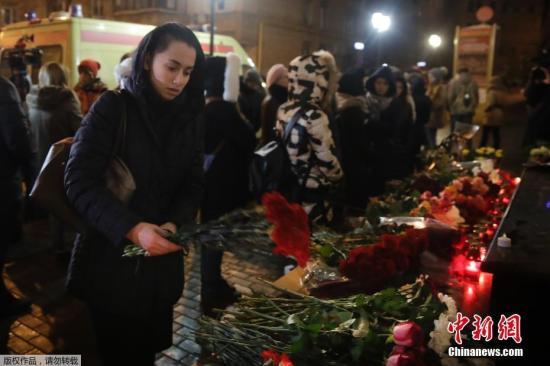 当地时间12月25日,莫斯科民众点燃蜡烛献上鲜花,悼念图-154飞机遇难者。当地时间25日凌晨5时20分,这架载有90多人的俄罗斯图-154军用飞机从索契起飞前往叙利亚拉塔基亚港,不久从雷达上消失,消失地点位于俄罗斯空域的黑海上空。