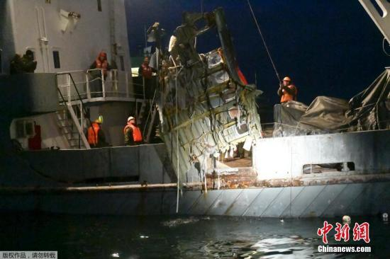 材料 图:本地 时光 2016年12月26日,俄罗斯索契,在黑海四周 打捞腾飞 机残骸。