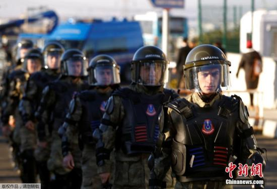 12月27日,在土耳其伊斯坦布尔,特警在法院外执勤。当日,近30名土耳其警察因涉嫌参与军事政变出庭受审。2016年7月15日,土耳其发生未遂军事政变。据报道,土耳其目前已在政变相关调查中拘捕了4万多名嫌疑人,并在肃清行动中将另外大约10万人开除公职。这些人大多来自军警、司法、情报、政府部门和学校。