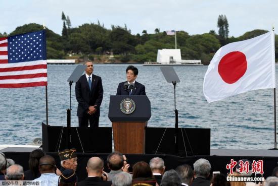 """资料图:当地时间2018-06-22,美国总统奥巴马和到访的日本首相安倍共同参观了珍珠港亚利桑那号纪念馆,并一同向死者鲜花。在随后的讲话中,安倍对珍珠港事件中阵亡的美军战士和其他二战遇难者表示""""衷心和永久的哀悼"""",但没有道歉。安倍称美日同盟将""""走向新高度""""。"""