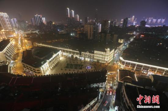 资料图:武汉中山大道商业街。中新社记者 张畅 摄