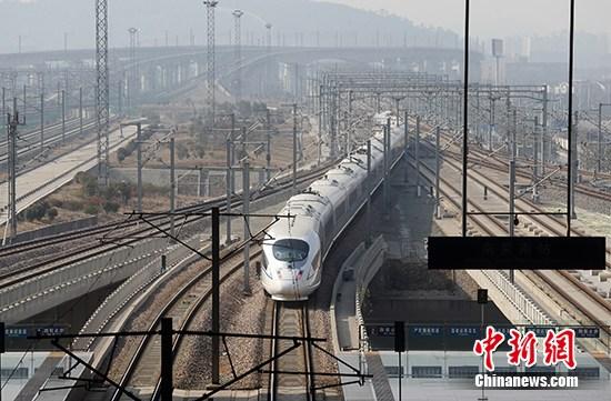 资料图:一辆和谐号列车驶入高铁南京南站。(资料照片) 中新社记者 泱波 摄
