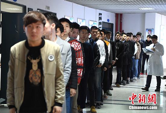 资料图:厦航高校招收公费飞行员。中新社记者 王东明 摄