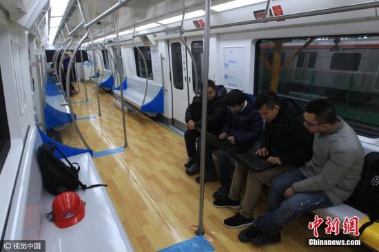 """2016年12月30日,北京首条无人驾驶地铁列车""""燕房线""""上线""""试跑""""。图片来源:视觉中国"""