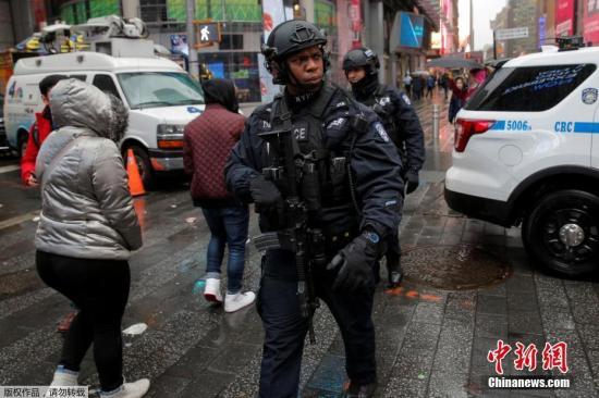 原料图:2017年新年前夕,美国纽约,纽约逆恐警察在时报广场巡逻。