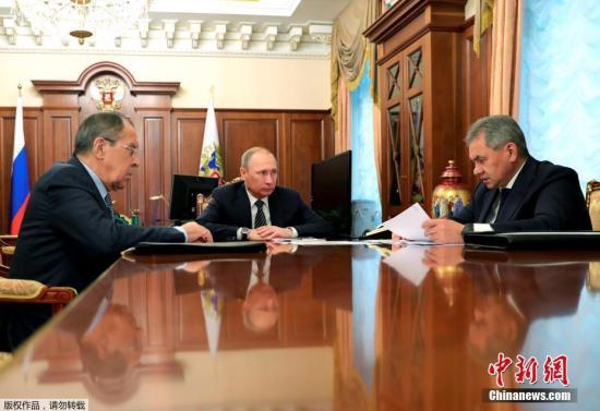 资料图片:普京会见外长拉夫罗夫和国防部长绍伊古。