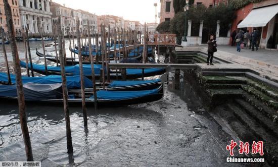 资料图:意大利威尼斯主要交通工具贡多拉船。
