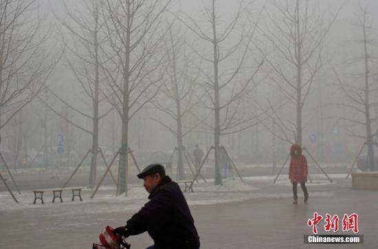 资料图:天津雾霾天气。中新社记者 佟郁 摄