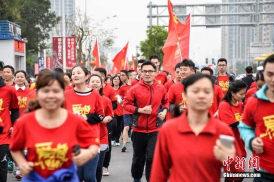 资料图:2000多名跑步爱好者参加跑步活动。 洪坚鹏 摄