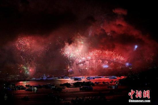 资料图:悉尼跨年庆典烟火炫丽绽放。 中新社记者 赖海隆 摄