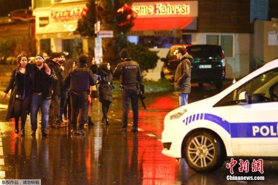 图为警方在事发地点附近。