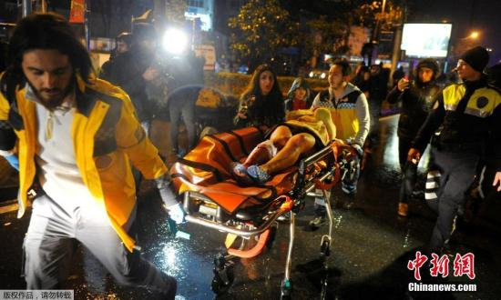 据外媒报道,当地时间1月1日凌晨,土耳其伊斯坦布尔一家夜总会发生枪击事件。这起事件造成39人死亡,40人受伤,死者中包括16名外国人。