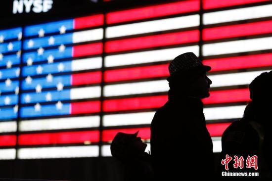 资料图:2017年12月31日晚,上百万人聚集纽约时报广场街区参与跨年倒计时庆典。 中新社记者 廖攀 摄