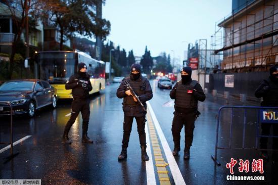 当地警察在事发现场附近严密警戒,所有进出的人和车辆都需经过检查。