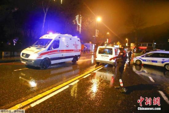 报道称,枪击事件发生在当地时间凌晨1时30分左右,一名身着圣诞老人服装的枪手进入夜总会,向人群射击。事发时,夜总会内共有数百人。图为救护车在事发现场附近。
