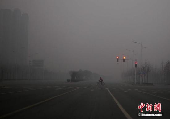 资料图 1月1日,雾霾笼罩下的河南郑州城区。<a target='_blank' href='http://www.chinanews.com/'>中新社</a>记者 王中举 摄