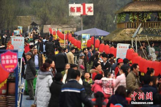 2017年1月2日,元旦假期,重庆洋人街内不少商家推出的一元游玩项目吸引了各地游客前来玩耍。 陈超 摄