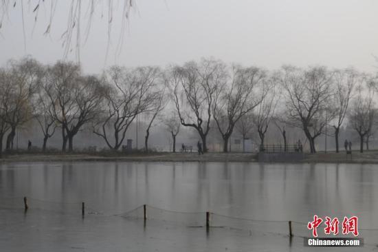 1月2日,北京雾霾持续。当日,北京迎来了短暂的蓝天。然而因为冷空气太弱,雾霾还将卷土重来。北京市空气重污染应急指挥部1月1日晚发布消息,本市将延续空气重污染橙色预警至1月4日24时。据悉,预计1月4日夜间前后空气质量将逐步好转。 中新社记者 李慧思 摄