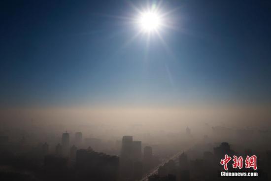 1月2日,雾霾暂别北京,蓝天渐现,拨雾见日。 <a target='_blank' href='http://www.chinanews.com/'>中新社</a>记者 侯宇 摄