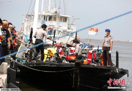 1月1日上午,印度尼西亚一艘载有逾百名乘客的渡轮在雅加达附近海域起火,已造成23人死亡,另有17人下落不明。事故还造成17人受伤,其中9名重伤乘客在医院接受治疗,其余乘客安然无恙。该渡轮事发时载有超过200名乘客,渡轮出发15分钟后起火,不久船舱内即浓烟弥漫,恐慌的乘客争夺救生衣,跑向甲板,部分乘客试图弃船逃生。
