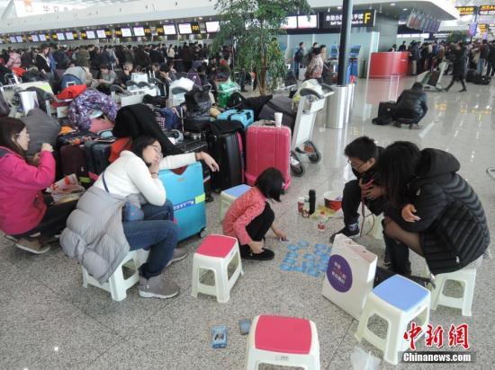 资料图:因航班延误,大量旅客滞留机场。 。韩章云 摄