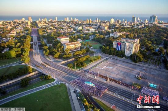 阅兵式于当地时间上午7时举行,数万古巴民众参加了阅兵式和随后的群众游行,纪念已故革命领袖菲德尔·卡斯特罗以及他领导的反抗巴蒂斯塔独裁统治的游击战。