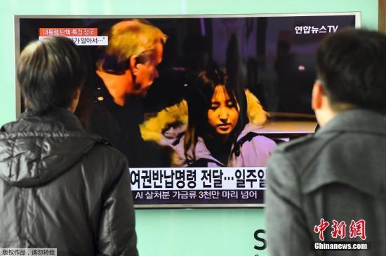 资料图:当地时间2017年1月3日,韩国首尔,民众观看崔顺实之女接受采访的电视报道。