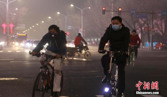 1月3日,北京持续重度雾霾天气,民众戴口罩骑行在街头。<a target='_blank' href='http://www.chinanews.com/'>中新社</a>记者 杨可佳 摄