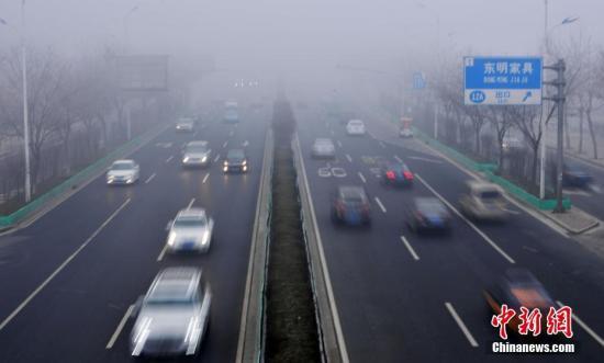 资料图:1月4日,河北气象台同时发布大雾红色预警和霾橙色预警。图为石家庄遭遇严重雾霾天气。 中新社记者 翟羽佳 摄
