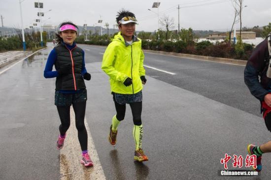 29岁男子熊贤君(右)和朋友在昆明跑步。当日,熊贤君将跑步环绕滇池一圈,结束其4000公里的跑步旅程。据了解,熊贤君自去年9月从上海启程,以跑步的形式旅行,一路穿行48座城市200多个城镇,以昆明作为其终点站结束4000公里的跑步旅行。中新社记者 任东 摄
