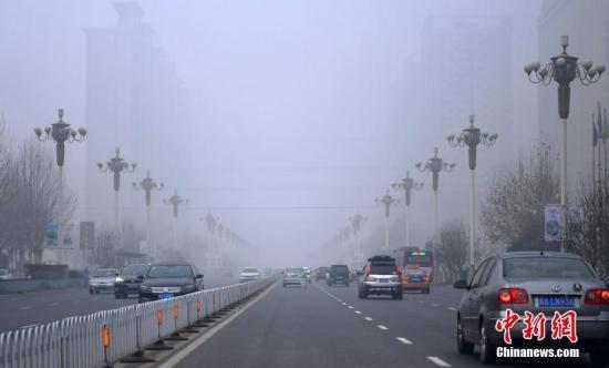 资料图:石家庄遭遇严重雾霾天气。 中新社记者 翟羽佳 摄