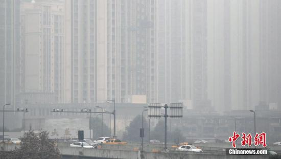 成都高楼笼罩在雾霾中(资料图)。<a target='_blank' href='http://www.chinanews.com/'>中新社</a>记者 张浪 摄