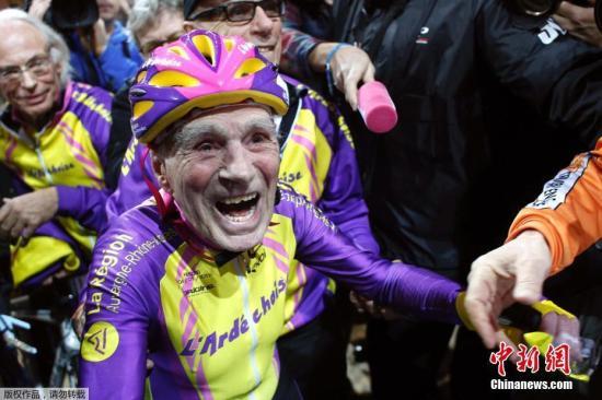 """资料图:位于巴黎西南部的法国国家自行车馆,法国老人罗伯特·马尔尚参加了一场室内自行车赛,创造国际自行车联盟为他专设的""""105岁以上老人自行车骑行世界纪录""""。1911年出生的马尔尚从小爱骑车,67岁开始从事专业自行车运动。2012年他创造""""百岁以上自行车骑行世界纪录"""",如今105岁又再度刷新纪录。"""