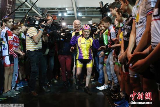"""1月4日,位于巴黎东北部的法国国度自行车馆,法国白叟罗伯特·马尔尚加入了一场室内自行车赛,发明国际自行车同盟为他专设的""""105岁以上白叟自行车骑行国际纪录""""。1911年出身的马尔尚从小爱骑车,67岁开端从奇迹余自行车静止。2012年他发明""""百岁以上自行车骑行国际纪录"""",现在105岁又再度改写纪录。"""