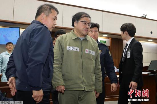 当地时间2017年1月5日,韩国前总统高级秘书安钟范出席首场法庭审理。