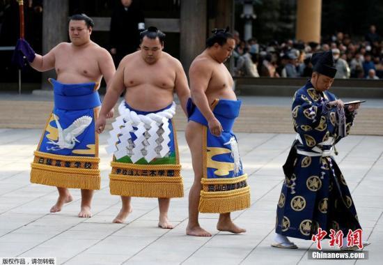 资料图:相扑选手在日本东京明治神宫前举行进行一年一度的相扑表演。