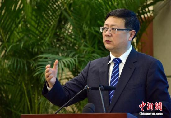 2017年1月6日晚,环保部部长陈吉宁主持召开大气污染防治媒体见面会,向记者们介绍大气污染防治相关问题,并回答了记者们的提问。中新社发 章轲 摄 图片来源:CNSPHOTO